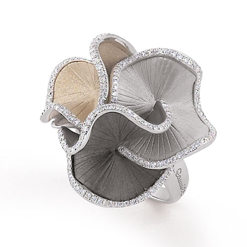 Anna Maria Cammilli | Bague fleur Sultana en 3 couleurs d'or 18 carats –ice white, natural beige et lava black- et contours pétales en brillants.